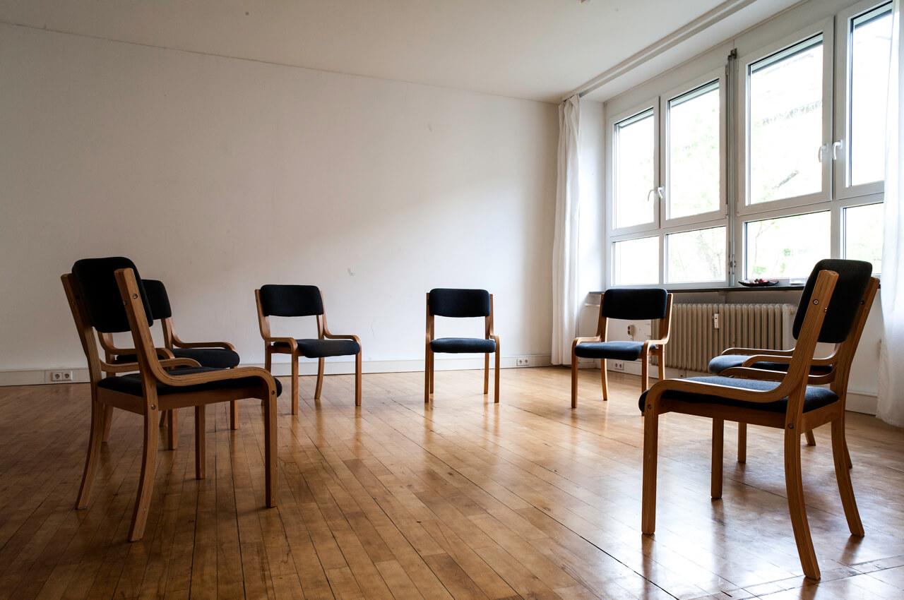 Stuhlkreis im Seminarraum